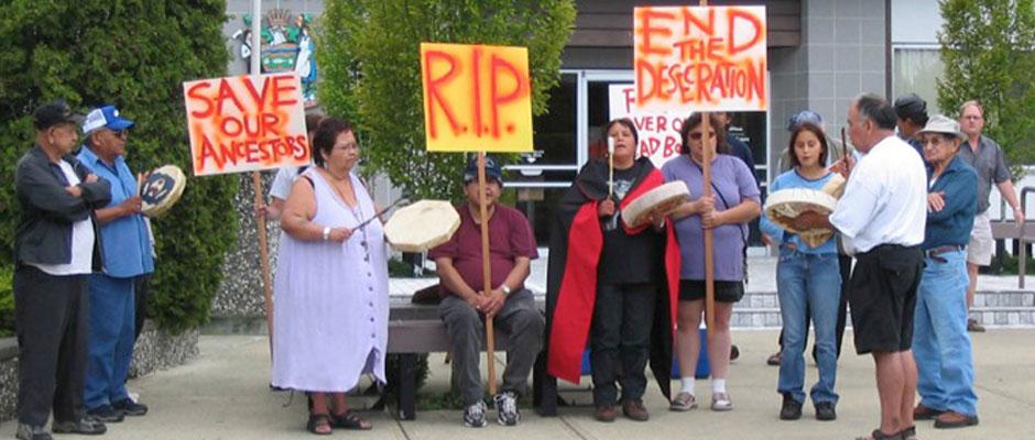Miembros de la Nación Cowichan protestan por la profanación de un entierro