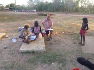 John Mawurndjul y Kay Linjiwanga miran viejas fotos con Jon Altman, Maningrida. Fuente: Chris Gregory, 2014.