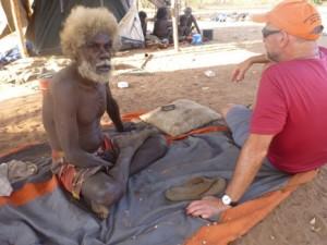 Jon Altman (derecha), director fundador del Centro de Investigación de Políticas Económicas Aborígenes en la Universidad Nacional de Australia, conversa con John Mawurndjul (izquierda), socio de investigación a largo plazo y artista de renombre internacional. Fuente: Chris Gregory, 2015.