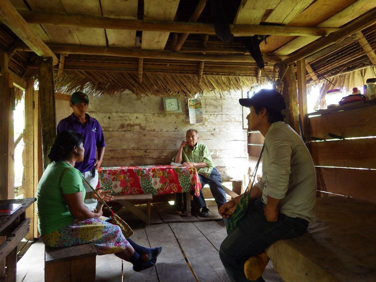 Comité environnemental interviewant les aînés Buglé pour l'atlas d'Urraca. Source: Daviken Studnicki-Gizbert.
