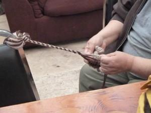 En el Campo de la Cultura, se hila para crear cuerdas para la creacion mitones gruesos para protegerse contra los fríos inviernos.